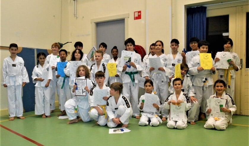 De geslaagden na de examens bij taekwondovereniging Gyeong-rye (foto: pr).