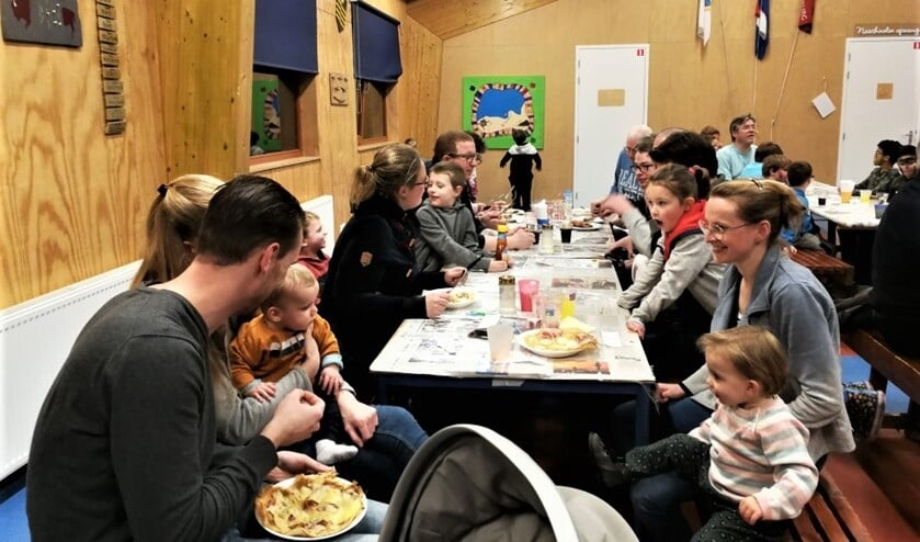 Genieten van pannenkoeken in het clubhuis van Scouting Sint Maarten Hildegard voor de scouts die naar de jamboree gaan (foto: pr).