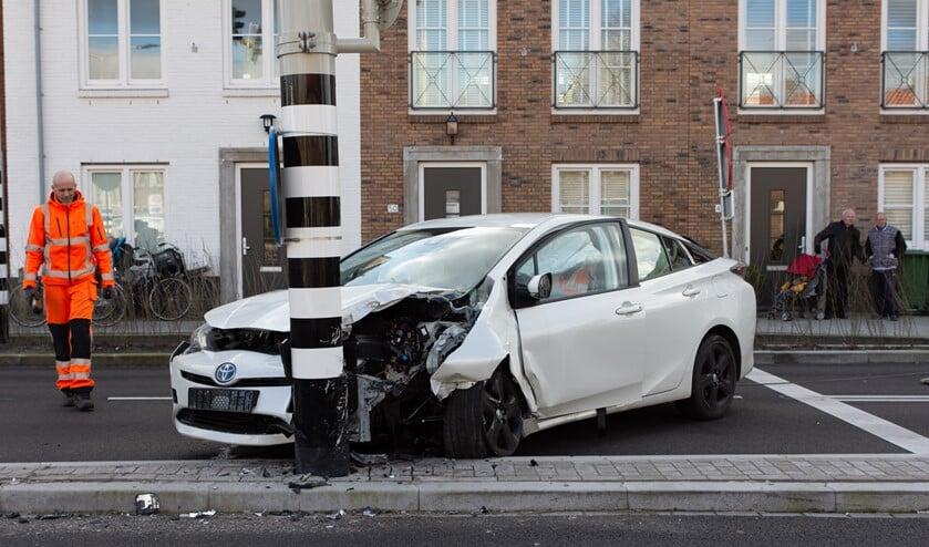 De auto kwam tot stilstand tegen een verkeerslicht (foto: Brian Roeten).