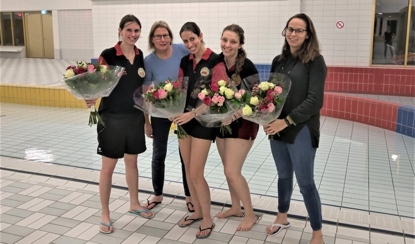 Vijf kandidaten hebben zaterdag bij AZL praktijkexamen gedaan voor de KNZB-opleiding zweminstructeur niveau 3 en zijn geslaagd (foto: pr).