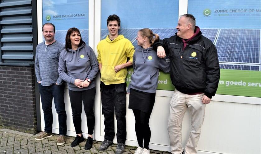 Een deel van het gespecialiseerde team van Zonne-Energie op maat met rechts Carlo Abbing.