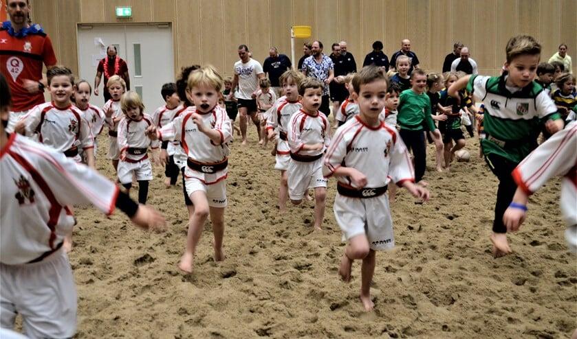 De guppen in het zand tijdens het rugby-evenement Small Oranges Beach Day (foto: Ap de Heus).