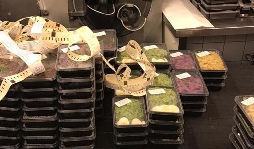 De verse maaltijden in gestickerde bakken staan klaar voor aflevering (foto: Van Rijn Culinair).