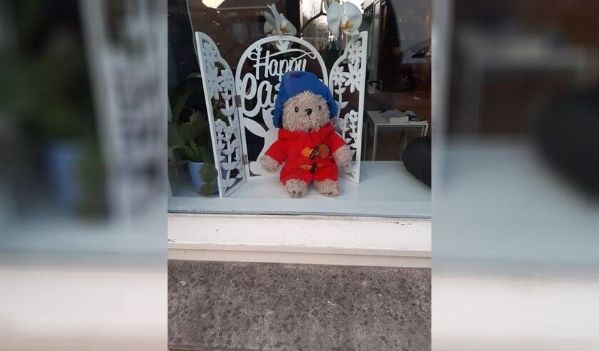 Knuffelbeer voor raam in Leidschendam-Voorburg. Zoek hem op,  maak een foto en zet hem op de facebookpagina (foto: Fokje van der Veen).