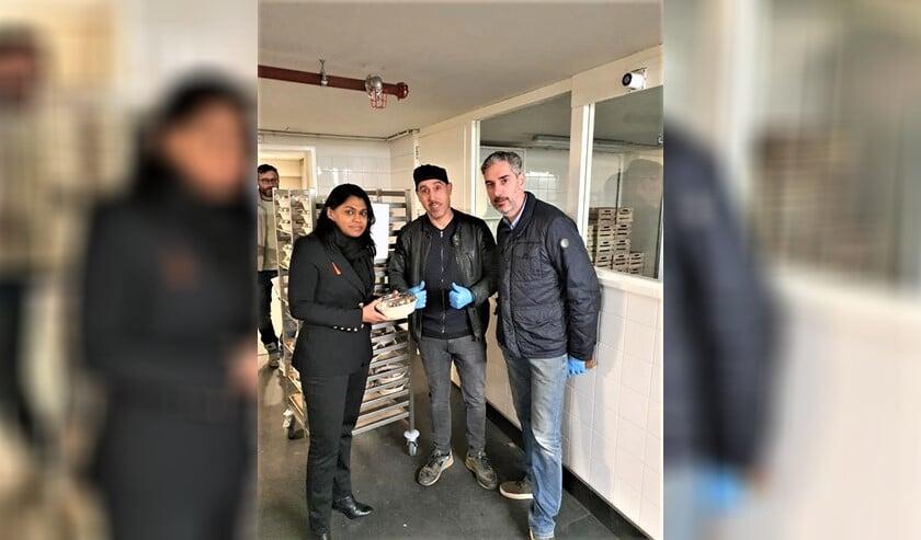 Kavita Parbhudayal, wethouder Zorg, Jeugd en Volksgezondheid in Den Haag, nam de eerste maaltijd in ontvangst.