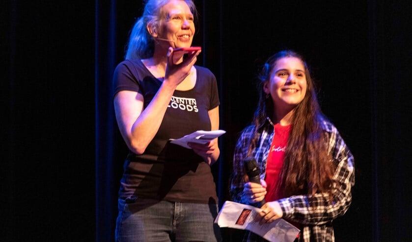 Eva Tsangaris schrijft, wat doe jij? Foto tijdens het Open Podium op 14 februari (archieffoto  Henk Knoester).