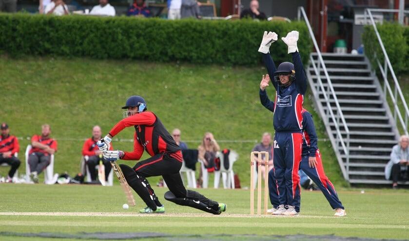 Wicketkeeper/ batsman Noah Croes (20), die hier appeleert, komt terug uit Australië (foto: pr VCC).