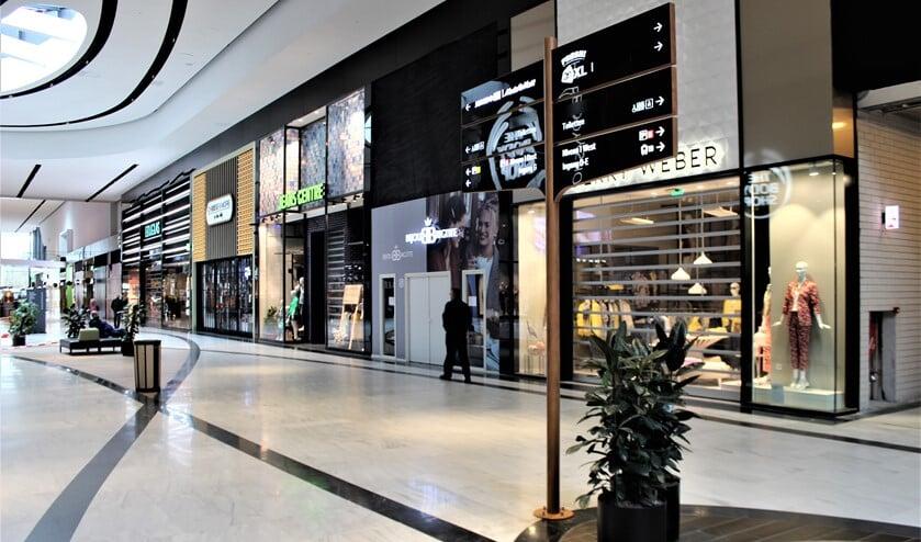 Stilte en veel gesloten winkels in het winkelcentrum Leidsenhage in Leidschendam (foto: Dick Janssen).