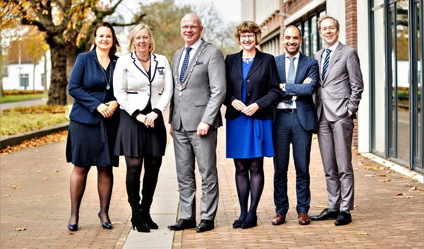 Het college van burgemeester en wethouders en de gemeentesecretaris (foto:Xandra Baldessari /gemeente Leidschendam-Voorburg).