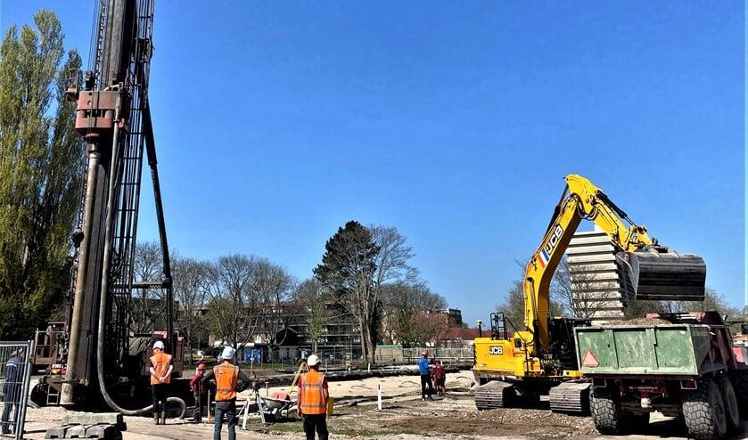 Aangepaste feestelijkheden bij de start van het heiwerk voor de bouw van 48 appartementen aan de Rijnlandlaan in Voorburg (foto: pr).