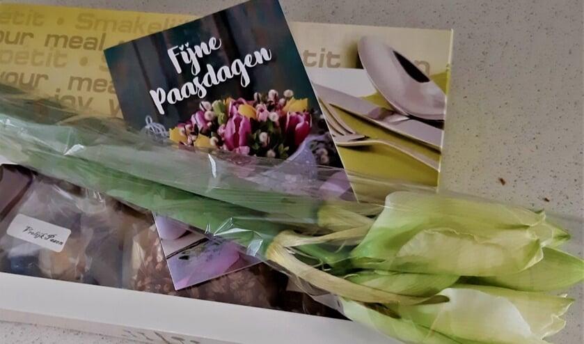 De bewoners kregen een paasontbijt in een luxe doos, met een kaartje en een amaryllis (foto: pr).