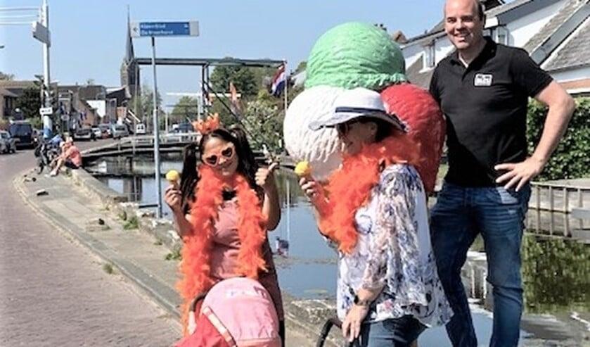 Ook enkele oudere, jongere dames wilden wel een gratis ijsje en waren voor één dag weer even 14 jaar oud. Zij kwamen met hun poppenwagen langs bij De Bles en kregen ook een ijsje (foto: pr).