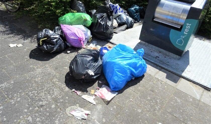 Helaas een dagelijks straatbeeld in Voorburg. Zeker als Avalex niet op meldingen van volle containers reageert (foto: Ap de Heus).
