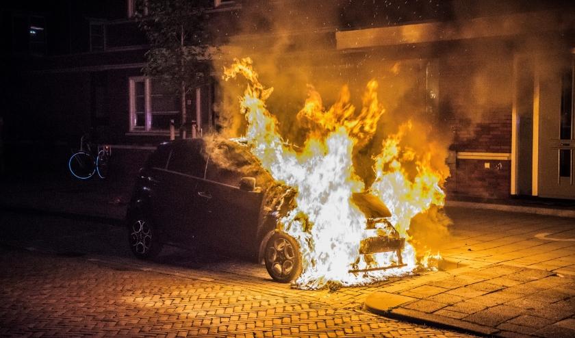 Een auto gaat in vlammen op aan de Prins Bernhardlaan in Leidschendam (archieffoto: Sebastiaan Barel).