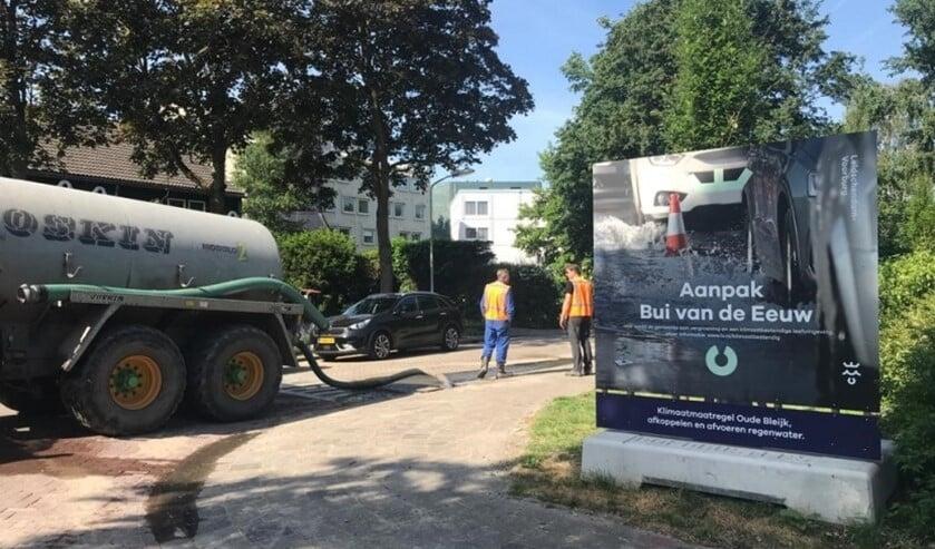 Met een watertank werd water in de puten geloosd, zodat een hevige regenbui werd nagebootst (foto: gemeente LV).