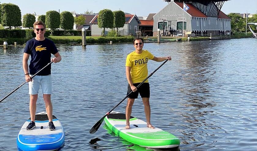 Bobbiaan en Emile suppen op de Vliet bij PuuRR aan de Vliet tegenover Molen De Salamander (foto: pr).