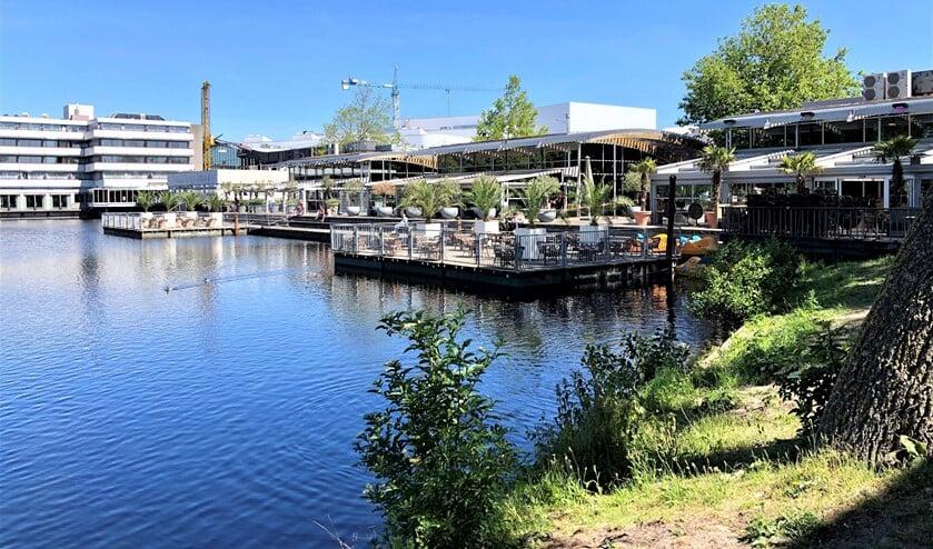 Op het water bij Leidsenhage zijn pontons verschenen voor drijvende terrassen (foto: VVD).