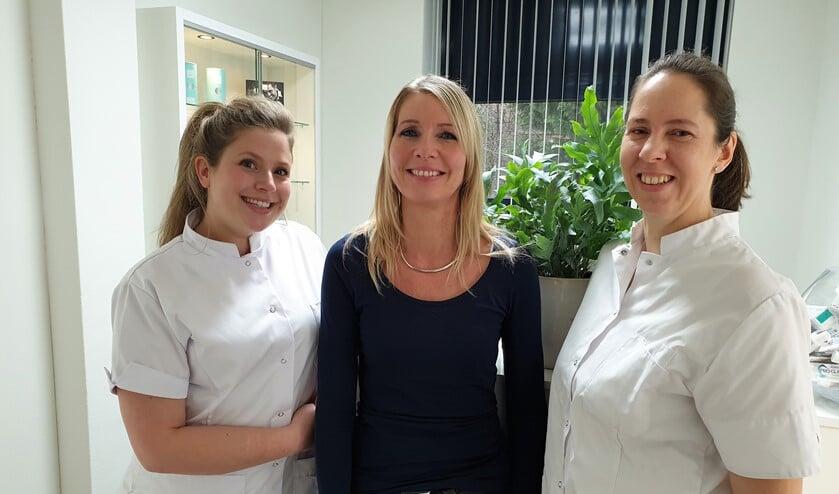 Mondhygiënist Sofieke van der Werff (l) en tandarts Maaike Verburg (r) samen met baliemedewerkster Marianne (foto: Inge Koot).