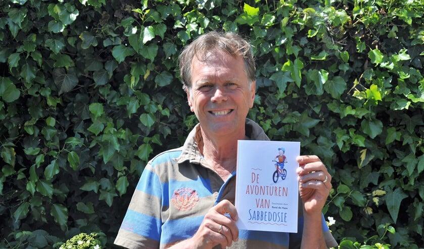 René de Haas uit Voorburg met zijn nieuwe boek 'De verhalen van Sabbedosie - Onverwachte avonturen van zomaar een jongetje'.