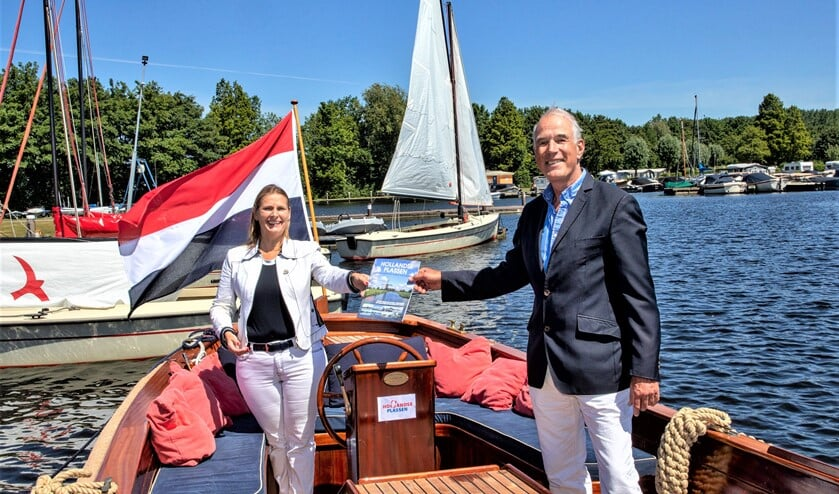 Gedeputeerde Jeannette Baljeu (l.) neemt de brochure in ontvangst van voorzitter Ondernemersplatform Hollandse Plassen, Bart Carpentier Alting (foto: Charles Groeneveld).