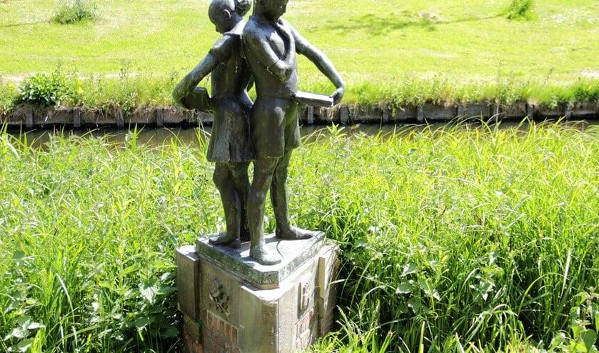 'Lezende kinderen' (1953), een beeldhouwwerk van Marian Gobius, (fotografie: Marian Kokshoorn).