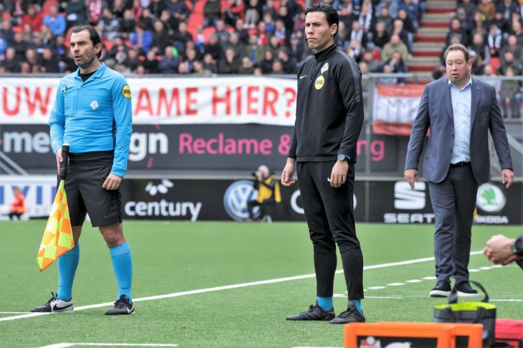 De Voorburger fungerend als 4e official in de Eredivisie (foto: @socratesimages/Peter Lous). Peter Lous/Soccrates © Het Krantje