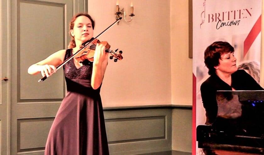 Violiste Dasha Serck (17 jaar) samen met pianiste Natasja Douma (foto: pr).