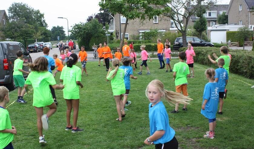 De kinderen speelden een trefbaltoernooi in kleurige gesponsorde T-shirts (foto: pr).