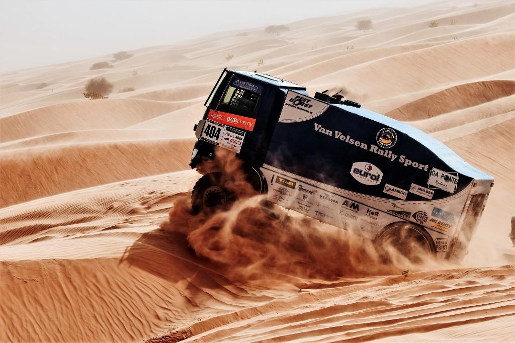 De rallytruck van Van Velsen onderweg door de zandwoestijn in Senegal.  © Het Krantje