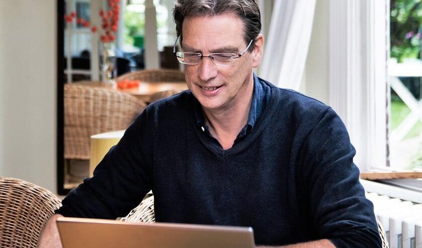 Schrijver Peter den Hollander,oud-docent Nederlands van zowel het Maartenscollege als het Daltoncollege (foto: Mark Uyl).