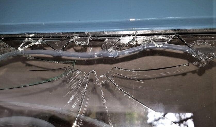 De kapotte ruit van een toegangsdeur aan het Balen van Andelplein zou al maanden in bestelling zijn.
