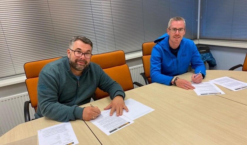 Remco Breedveld (links) en Arnoud Kok ondertekenen de afspraken (foto: pr VEO).