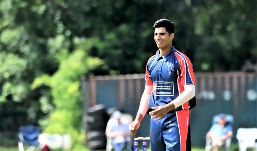 De 17-jarige Aryan Dutt toonde zich met bat en bal uiterst waardevol (foto: P. Gorlee).