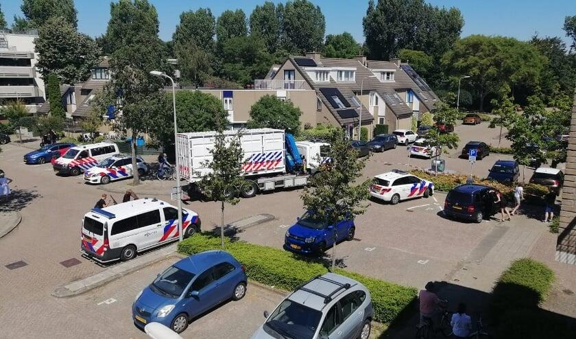 Veel politie bij het Abdijland voor het onderzoek naar de steekpartij (foto: Denise Nieberg).