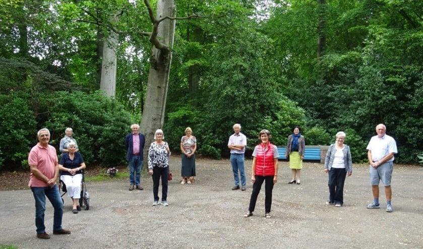 Een select clubje wandelaars liep de route door Park Vreugd en Rust (foto: Ap de Heus).