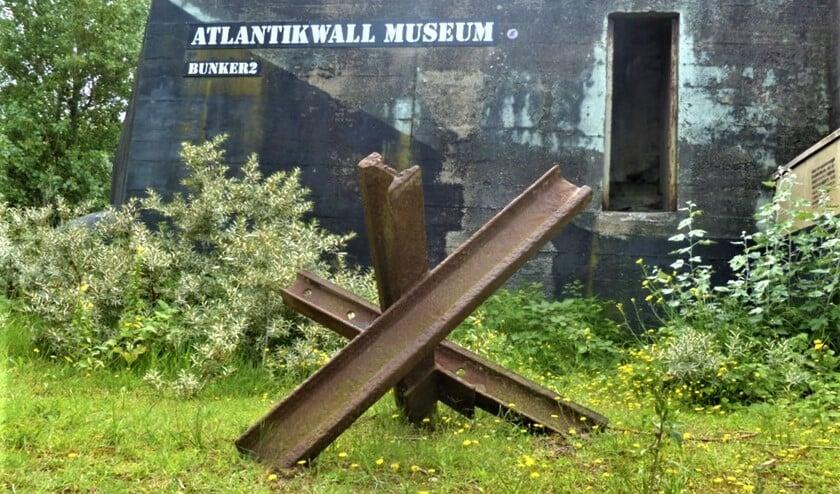 De 'Tsjechische egel' die eerst bij station Voorburg stond en via een boer aan het Wilsveen in Leidschendam in het museum terecht gekomen is (foto: Atlantikwall Museum).