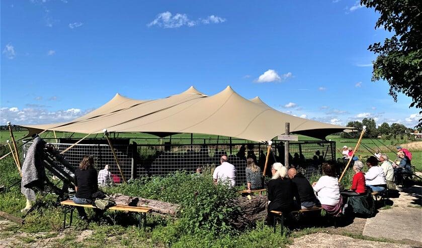 In de oude mestsilo op Buitenplaats Molenwei was de binnenruimte zondag ingericht als theaterzaal (foto: pr).