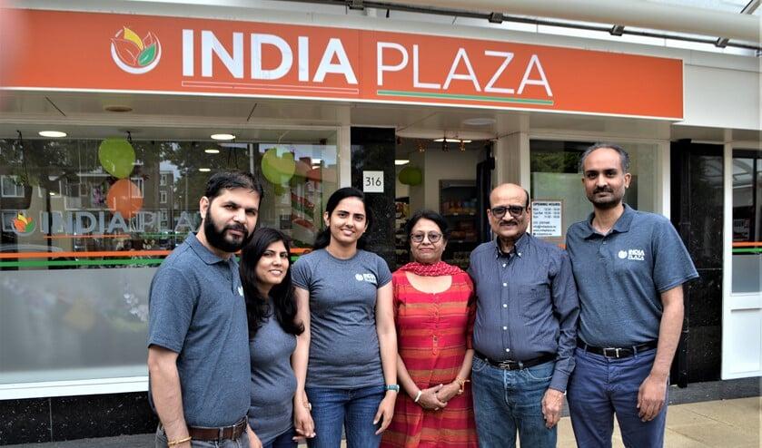 Het team van India Plaza aan de Koningin Julianalaan in Voorburg (foto: Inge Koot).