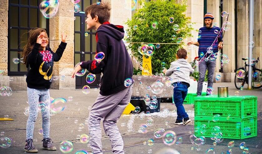 Inwoners richten de straat opnieuw in, zodat je er lekker kunt spelen en ontspannen (foto: pr).