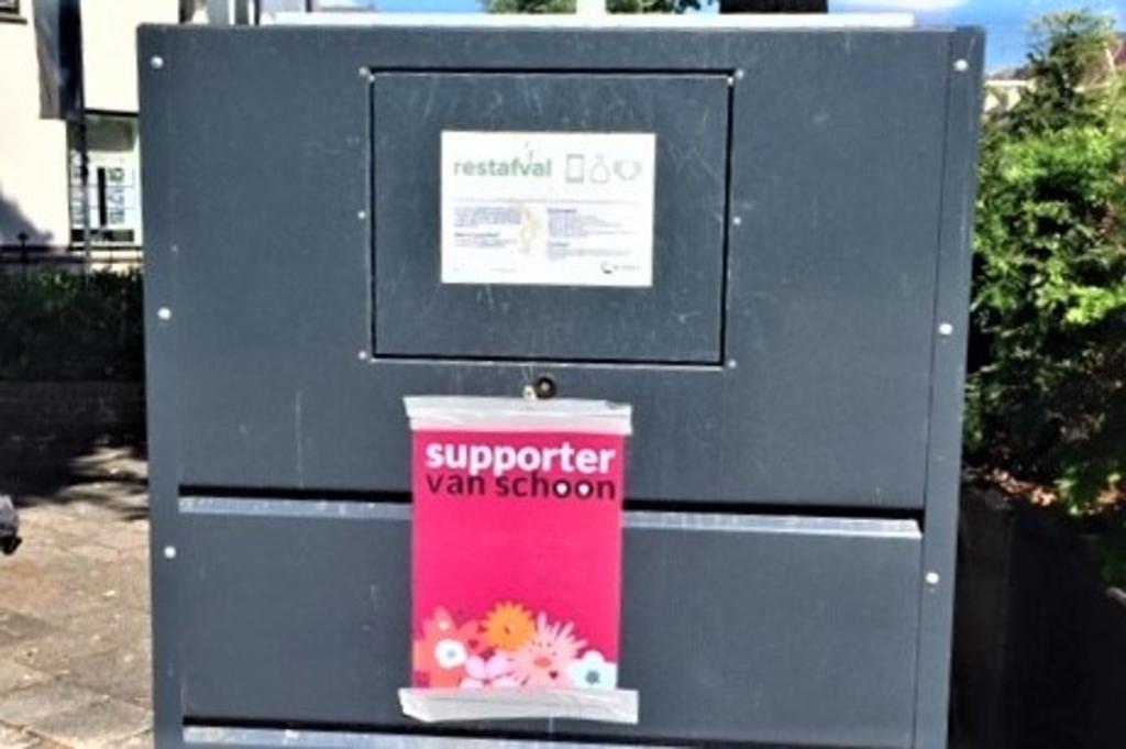 De opvallende roze poster die de buurtbewoners op de afvalcontainer plakten.  © Het Krantje