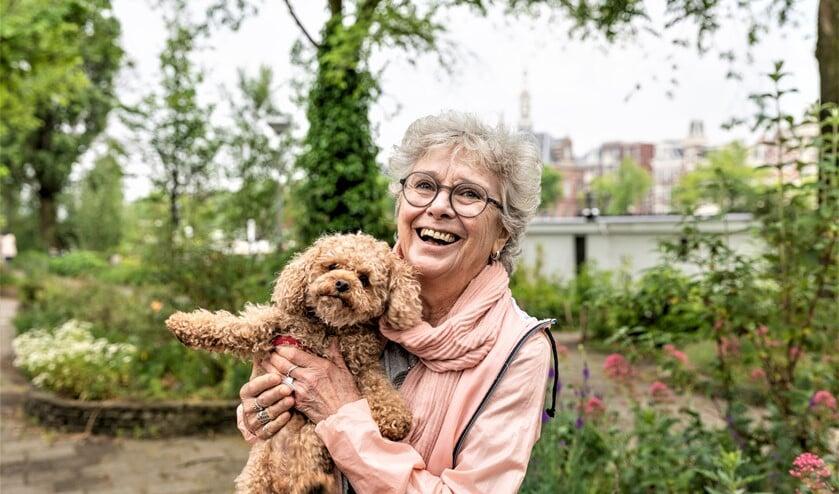 Door een vaste oppashond kunnen senioren toch nog genieten van het gezelschap van een huisdier op de momenten waarop het hen uitkomt (foto: Bram Kloos).