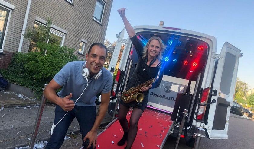Met het concept discobusdj.nl blijft Seran positief bezig in een roerige tijd.