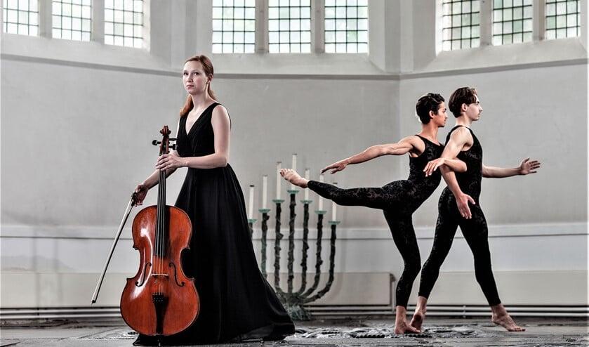 Jobine Siekman (celliste Alkyona Kwartet) en twee dansers van De Dutch Don't Division in de Oude Kerk te Voorburg (foto: Hilbert Krane).