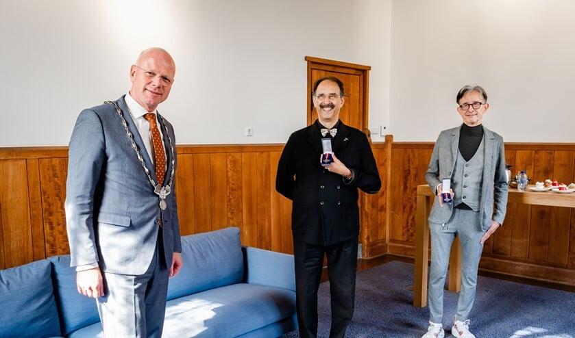 Burgemeester Tigelaar met Lody en Willem Zandbergen (foto: gemeente LV).
