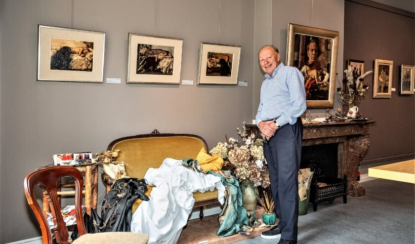 Fred Klomp heeft de 80 mooiste werken van Sierk Schröder uit zijn eigen verzameling geselecteerd (foto: Wil Kouwer Fotografie).