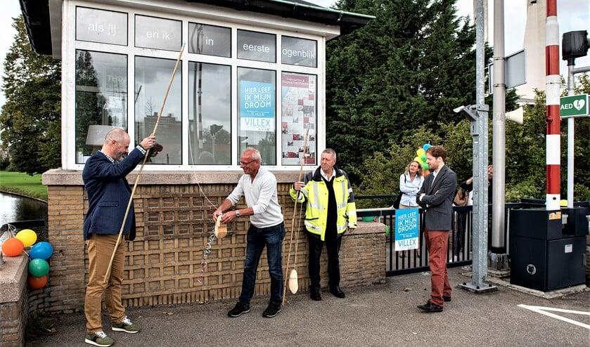 <p>Overdracht van het brugwachtershuisje op de Oude Tolbrug vorig jaar aan de Stichting Brugwachtershuisjes (foto: Michel Groen). </p>