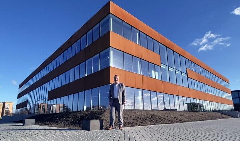 <p>Directeur Arnold Koot voor het spiksplinternieuwe gebouw. </p>