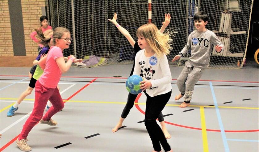 Kinderen beoefenen handbal tijdens de Sport-In in de herfstvakantie (foto: pr SenW).