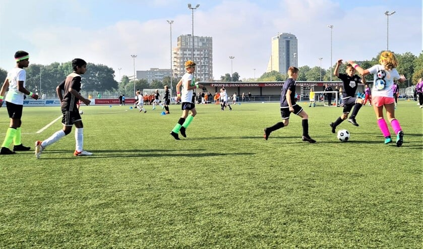 <p>Op het voetbalveld werd door de teams een soms felle strijd tegen elkaar geleverd (foto: pr SenW).</p>