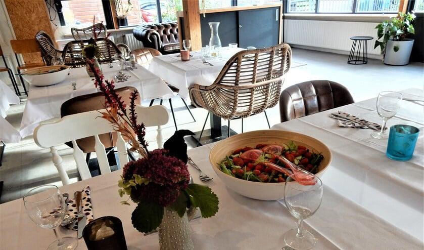 <p>De tafels zijn gedekt en de salade staat op tafel in wijkcentrum De Boot, in afwachting van de gasten (foto: pr De Boot).</p>